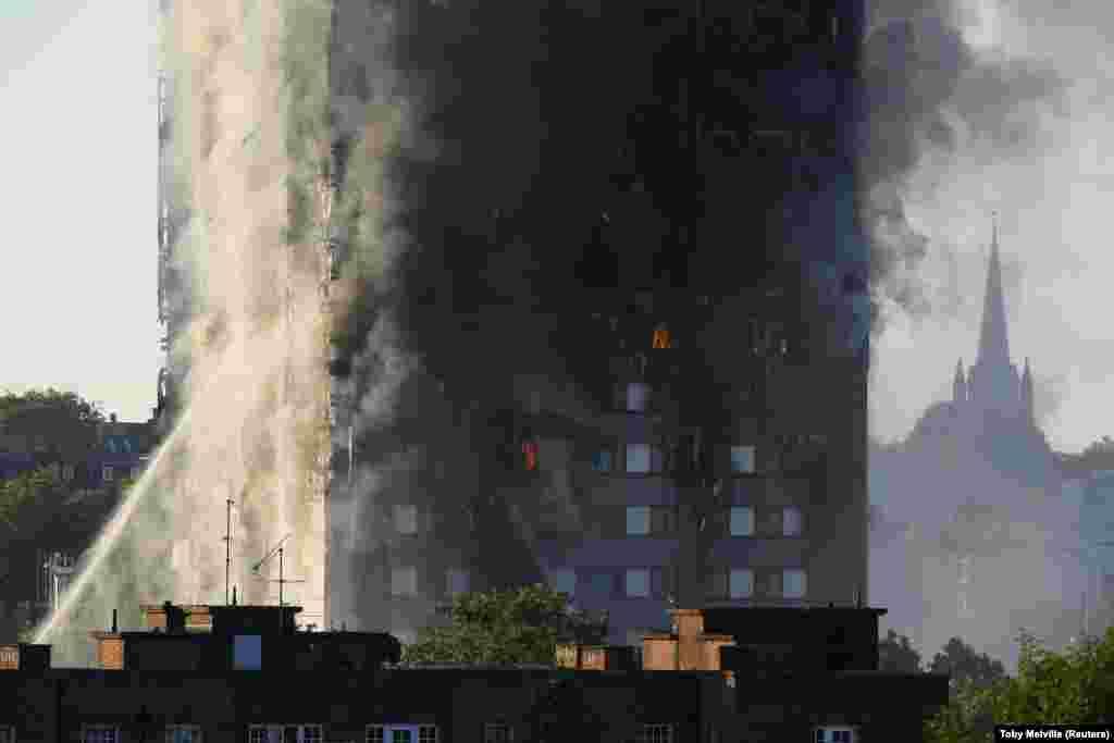 Корреспондент BBC Энди Мур, всю ночь находившийся рядом с горящей многоэтажкой, говорит, что от здания постоянно отлетала облицовка, всю ночь слышались взрывы и звук лопающегося стекла. Полиция, по его словам, отодвигала кордоны все дальше от здания из опасения, что оно может обрушиться