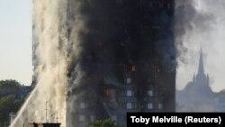 London: Višespratnica u plamenu