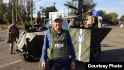 Қазақстандық журналист Қасым Аманжолұлы Украинада хабар түсіріп жүр. 2014 жылдың қыркүйегі.