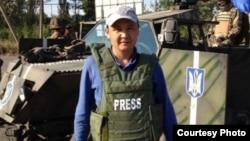 Журналист Касым Аманжолулы во время командировки в Украине.