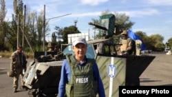 Журналист Қасым Аманжолұлы Украинада хабар түсіріп жүр. 2014 жылдың қыркүйегі.