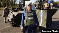 Қазақстандық журналист Қасым Аманжолұлы Украинада телехабар әзірлеу кезінде. Әлеуметтік желіден алынған сурет.