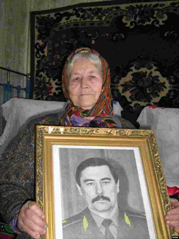 Матері Юрія Захаренко Уляна з портретом сина, 6 травня 2009 року.