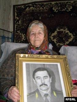 Ульляна Захаранка з партрэтам сына, 2009 год