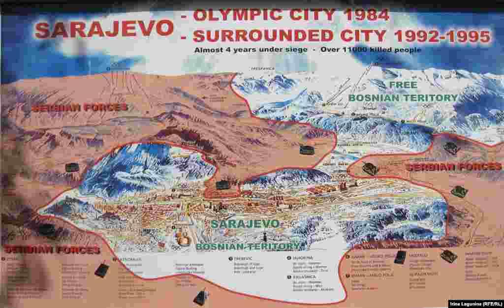 """Карта осады Сараево сейчас выставлена в музее """"Туннель жизни"""". Узкий светлый перешеек на карте - не выход из города. Это аэропорт, находившийся под контролем """"голубых касок"""" ООН. В 1993 году сараевци прорыли под ним туннель."""