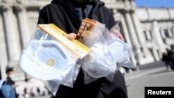 Уличните търговци използват ситуацията като продават маски, вместо селфи стикове