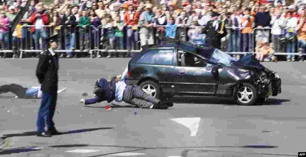 Четыре человека погибли и несколько десятков получили ранения в голландском Апелдорне, когда автомобиль врезался в толпу зрителей праздничного парада в честь Дня Королевы