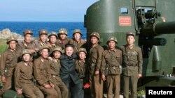 Лидер Северной Кореи Ким Чен Ун с солдатами заставы у Восточно-Китайского моря.