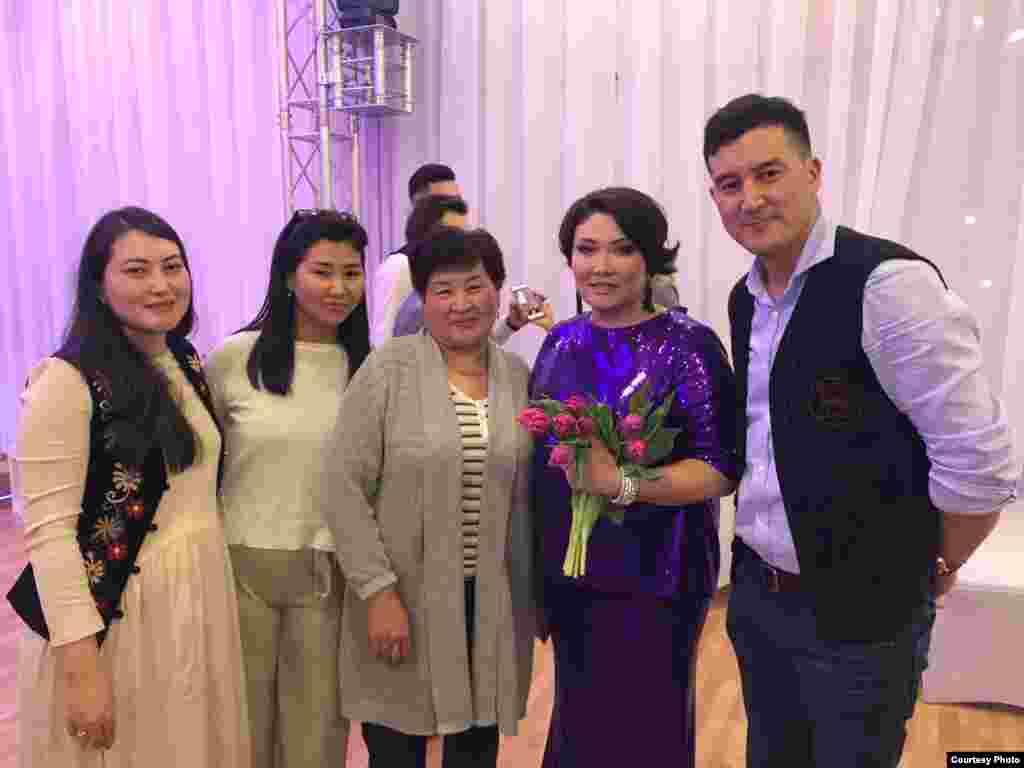 Кыргызстандын Эл артисти Гүлнур Сатылганова мененГамбургдагы журтташтар.