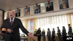 Минск шаҳридаги сайлов участкасида овоз берган Беларус Президенти А.Лукашенка журналистлар саволларига жавоб бермоқда, 2012 йил 23 сентябр.