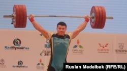 Жасулан Кыдырбаев во время состязаний в рамках чемпионата мира по тяжелой атлетике. Алматы, 14 ноября 2014 года.