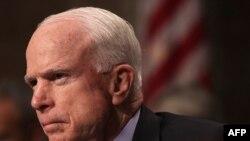 Senator John McCain je na sjednici optužio senatora Randa Paula da radi za Vladimira Putina