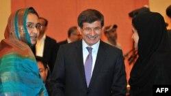 Ahmet Davutoglu (në mes)