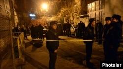 Сотрудники правоохранительных органов возле дома Паруйра Айрикяна, где было совершено покушение, 1 февраля 2013 г.