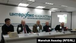 """Разработчики казахстанского лекарственного противотуберкулезного препарата """"ФС-1"""" /FS-1/ на пресс-конференции в Алматы. 8 ноября 2016 года."""