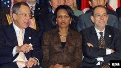 Министр иностранных дел России Сергей Лавров, госсекретарь США Кондолиза Райс и представитель ЕС по внешней политике Хавьер Солана смотрят в одну сторону. Почти.