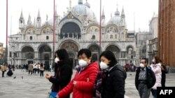 """Туристи пред катедралата """"Сан Марко"""" във Венеция"""