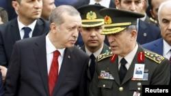 Prezident R.T.Erdoğan və Türkiyə Silahlı Qüvvələrinin Baş Qərargah rəisi Hulusi Akar.