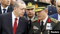 Prezident Recep Tayyip Erdogan (solda) və müdafiə naziri Hulusi Akar