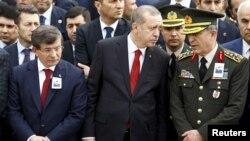 Түрк премьер-министри Ахмед Давутоглы, президенти Режеп Тайып Эрдоган жана Башкы штабдын кол башчысы Хулуси Акар каза тапкандарды эскерүү учурунда. Анкара, 18-февраль, 2016-жыл