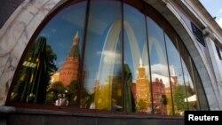 Мәскеудегі жабылған McDonald's терезесінен қарама-қарсы беттегі Кремль сұлбасы көрінеді. 21 тамыз 2014 жыл.