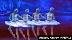 Сцена из балета «Лебединое озеро» в КГАТОБ имени Абая. Алматы, 4 февраля 2017 года.