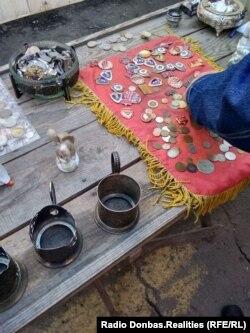 Советские артефакты на стихийном рынке оккупированного города