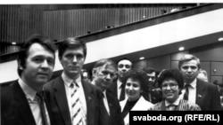 (Зьлева направа) Юры Варонежцаў, Аляксандар Дабравольскі, Васіль Быкаў, крайні справа Віктар Карняенка. Зьезд народных дэпутатаў СССР, 1989, фота Станіслава Шушкевіча