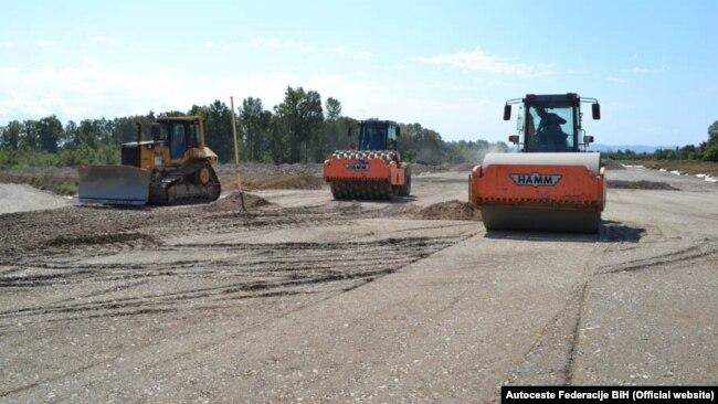 Od 335 km, koliko bi trebalo autoputa na koridoru Vc prolaziti kroz BiH napravljeno tek 124 km (ilustrativna fotografija)