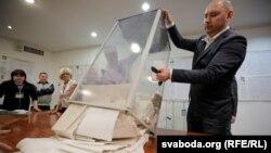 За даними ЦВК, Володимир Зеленський отримує 30,20%, Петро Порошенко – 16,64%, Юлія Тимошенко – 13,08%
