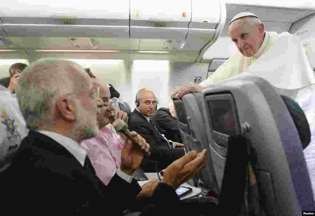 При возвращении из Бразилии в Ватикан Папа Римский Франциск в беседе с журналистами на борту самолета заявил, что нельзя осуждать гомосексуалистов и отчуждать их от общества.