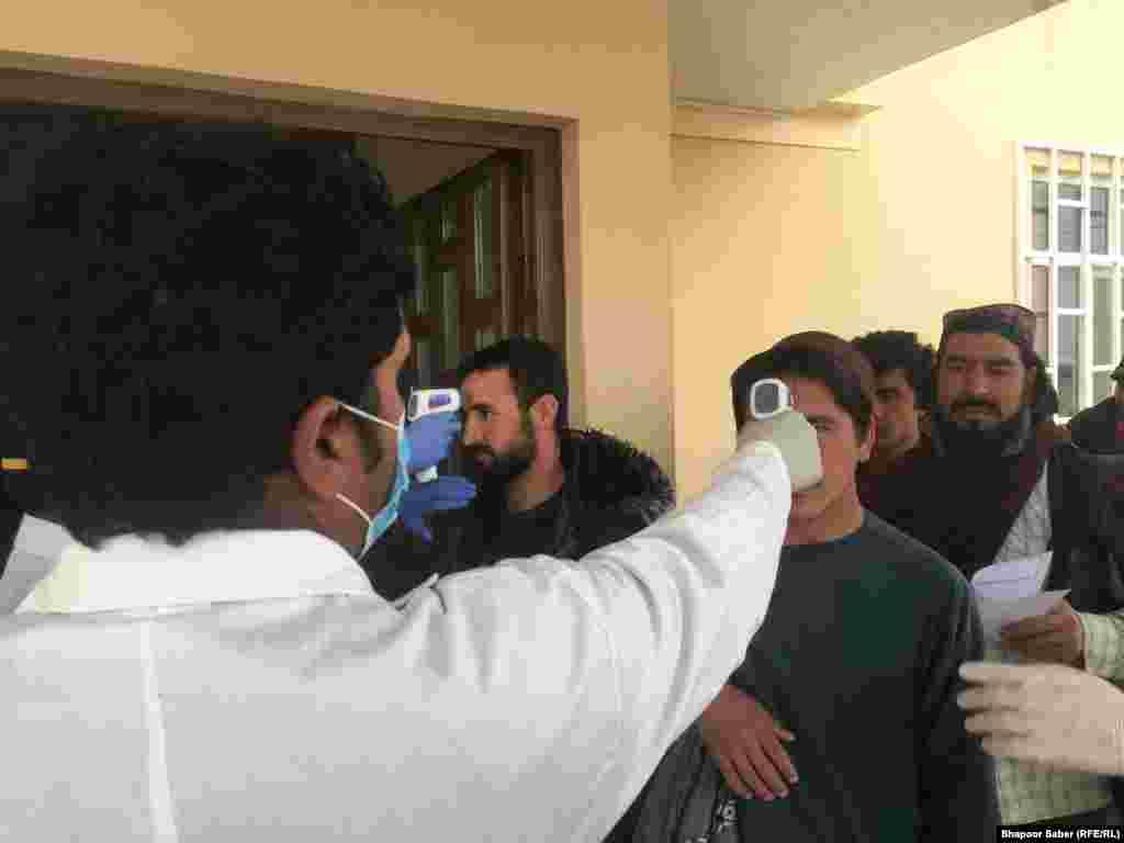 شماری از افغان هایی که از ایران برگشته اند در مرز اسلام قلعه از سوی کارکنان صحی معاینه میشوند تا مبادا مبتلا به ویروس کرونا باشند.