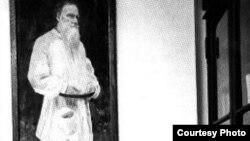 Александра Толстая в холле Толстовского фонда