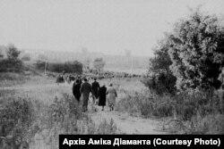 Бабин Яр. Люди збираються на мітинг. 29 вересня 1966 року. Фото Гарика Журабовича. Архів Аміка Діаманта