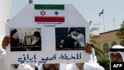 معترض بحرینی با تصویری از پرچم تغییر شکل یافته ایران