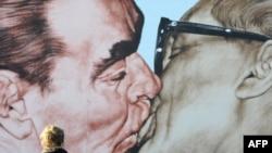 Знаменитая картина Дмитрия Врубеля на франменте Берлинской стены, 20 октября 2009