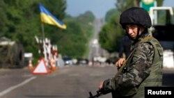 Славянск қаласының шығыс шетінде тұрған Украина жауынгері. (Көрнекі сурет)