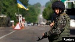 Украинский солдат стоит на КПП близ города Славянск. 13 мая 2014 года.