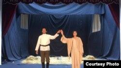 Teatrlar zali sovuqbo'lishiga qaramay aktyorlar yupun kimlarda rol o'ynashga majbur