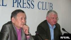 Оппозиция жетекшілерінің қоғамдық қорғаушылары Амантай Ахетов пен Петр Своик. Алматы, 30 наурыз, 2009 жыл