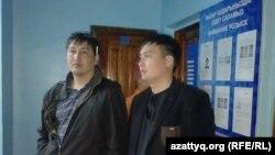 Астанада ұсталған Азаттық тілшілері Ержан Әмірханов (сол жақта) пен Мәди Бекмағанбет полиция басқармасында. Астана, 21 мамыр 2016 жыл.