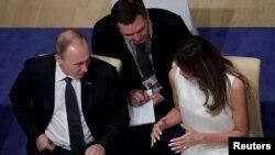 Vladimir Putin u razgovoru sa prvom damom SAD, Melanijom Tramp, u Hamburgu