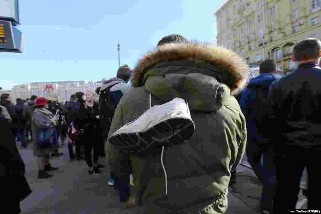 Перевязанные на шнурках кроссовки стали одним из символов протеста. По словам Навального, именно изучение происхождения кроссовок Медведева положило начало расследованию о коррупционных схемах.