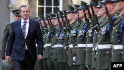 Premierul irlandez Enda Kenndy inspectînd garda de onoare la o ceremonie de înălțare a drapelului la Castelul din Dublin la 31 decembrie 2012