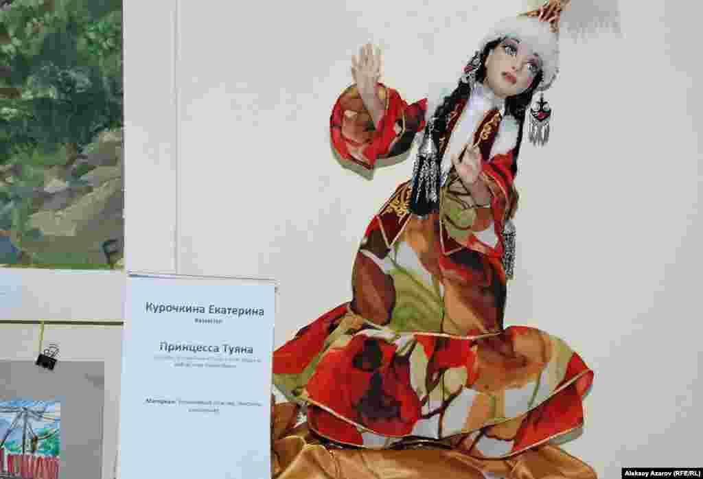 Екатерина Курочкинаның осы көрмеге арнайы дайындаған «Туяна ханшайым» қуыршағы.