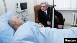 Президент Армении Серж Саргсян навещает в больничной палате кандидата в президенты Паруйра Айрикяна, который подвергся огнестрельному нападению. Ереван, 1 февраля 2013 года.