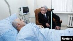 Президент Армении Серж Саргсян навещает раненого политика Паруйра Айрикяна в больнице. Ереван, 1 февраля 2013 года.