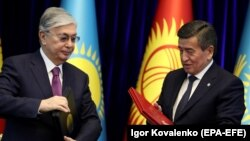 Президент Казахстана Касым-Жомарт Токаев (слева) и президент Кыргызстана Сооронбай Жээнбеков. Бишкек, 27 ноября 2019 года.