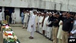 بر دیر: پاکستاني پولیسان په نښته کې د خپلو وژل شویو ملګرو د وروستیو مراسمو په حال کې- د ۲۰۱۱ز کال د جون دویمه.