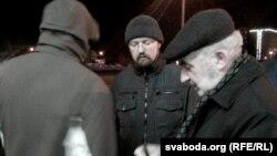 Бацька Алеся Анатоль Яўдаха (справа) на ганку Ленінскага РУУС Менску адразу пасьля таго, як напісаў заяву ў міліцыю пра выкраданьне сваяго сына. У атачэньні сяброў Алеся Яўдахі